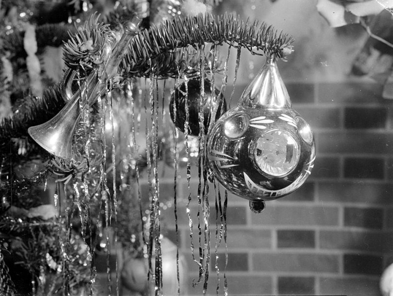 954px-Christmas_ornament_1943